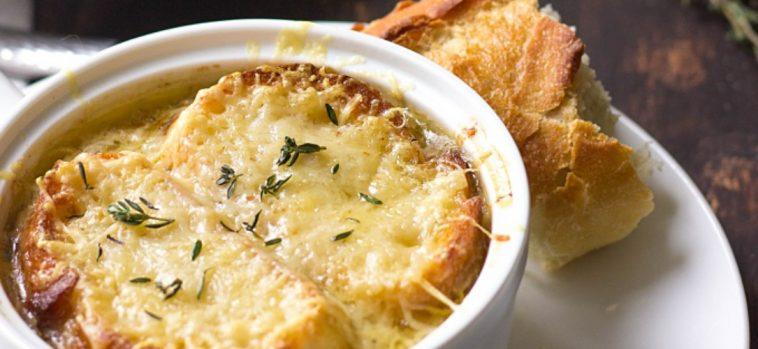 Receita fácil de sopa de cebola francesa; simplesmente uma delícia!