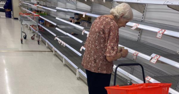 mulher chora falta de alimento