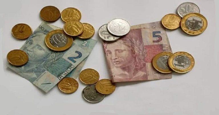Você consegue descobrir a quantia exata de dinheiro que tem nessa imagem?