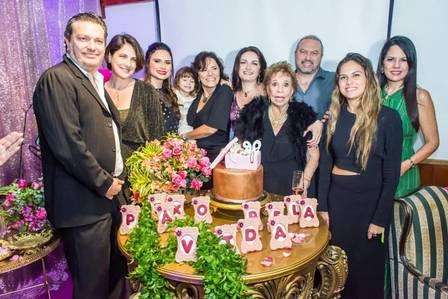Neto da atriz postou a imagem da família celebrando os 90 anos de Daisy Foto: Reprodução - Facebook
