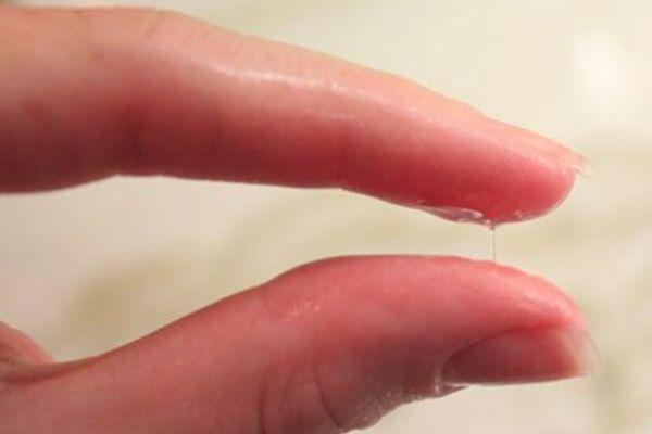 molhar os dedos e passar a calda entre os dedos